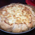 Pizza alla canapa con salsiccia e funghi con sorpresa