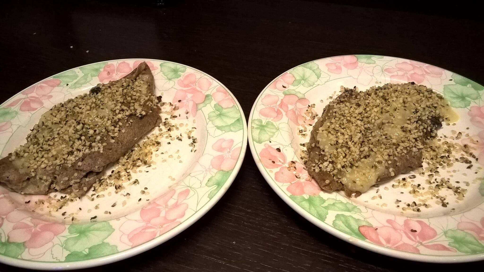 Crespelle di canapa ai funghi con salsa ai funghi e semi di canapa decorticati